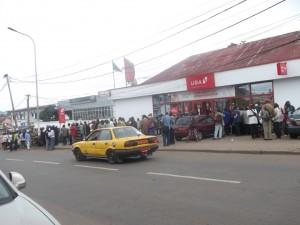 Les oubliés des ex sociétés d'Etat rossés par la police à Yaoundé dans Reportages vieillards-banque-300x225