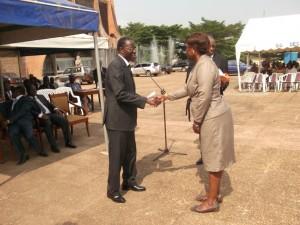 Le Délégué remettant un diplôme