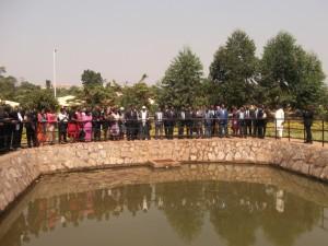 La délégation de passage au village des jeunes admire le petit lac